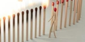 Soziale Trennung mit einer Kette sich ansteckender Streichhölzer dargestellt